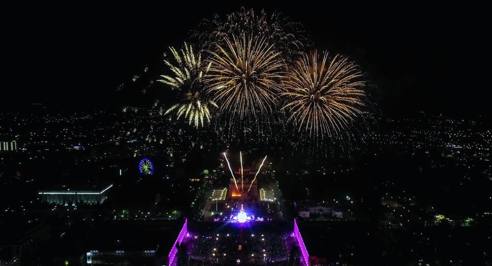 Накануне в честь празднования Дня независимости Кыргызстана вечером был праздничный салют
