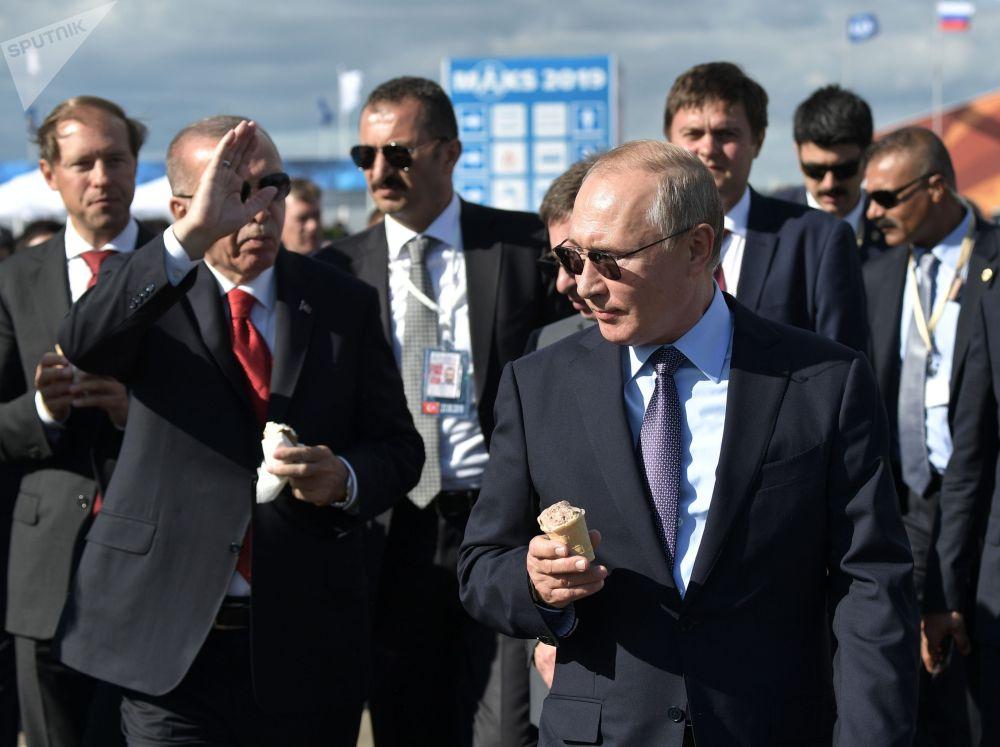 Россиянын президенти Владимир Путин Түркиянын башчысы Режеп Тайип Эрдоганга МАКС-2019 иш-чарасы учурунда балмуздак сатып берди