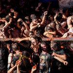 Участники ежегодного праздника La Tomatina в городе Буньоль провинции Валенсия в Испании.