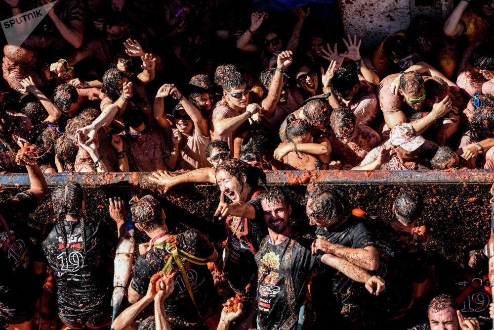 La Tomatina майрамынын катышуучулары. Испаниянын Валенсия провинциясынын Буньоль шаары.