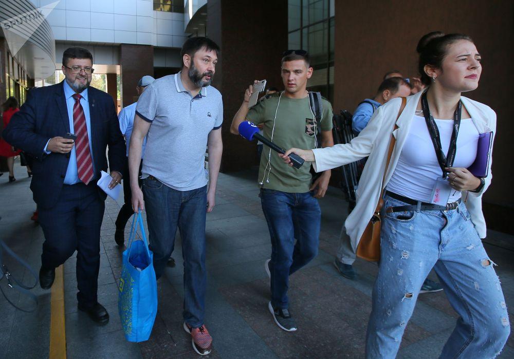 РИА Новости Украина порталынын жетекчиси Кирилл Вышинский сот залынан бошотулду.