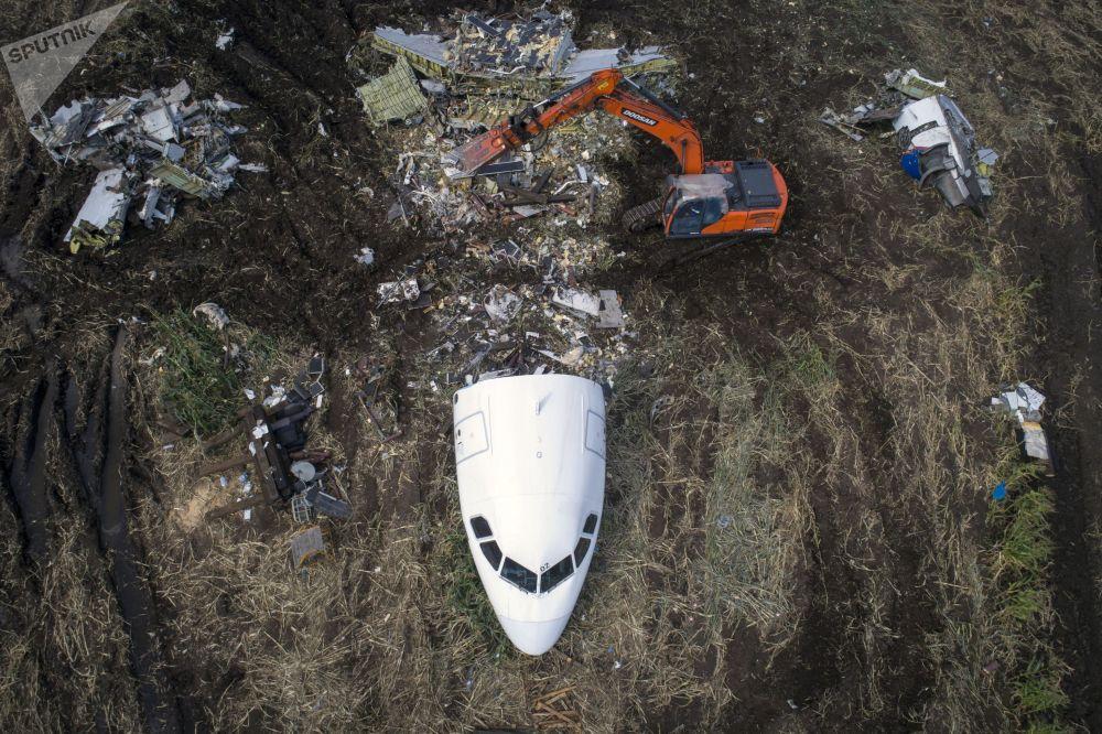 Airbus A321 учагын чукул конгон жерден чыгаруу аракеттеринен бир көрүнүш. Уральские авиалинии компаниясына таандык учак кыймылдаткычына куш кирип кетип 15-августта Москва облусундагы жүгөрү талаасына чукул конууга аргасыз болгон,