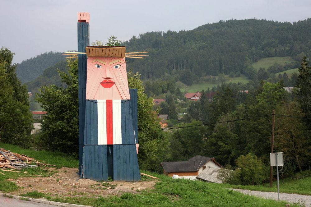 Деревянную статую президента США Дональда Трампа установили в словенском селе Севница, на родине его супруги Мелании