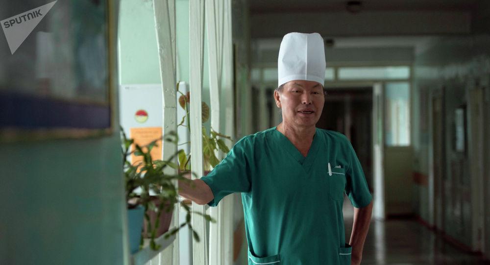 Глава отделения хирургии желчевыводящих путей и поджелудочной железы Национального хирургического центра Дуйшонбек Сыргаев