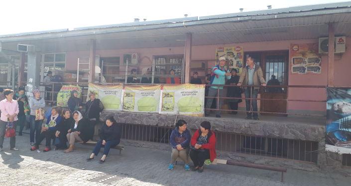 Ош базарында 500гө чукул соодагер чогулуп Бишкек шаарынын мэри Азиз Суракматовдун келишин талап кылууда.