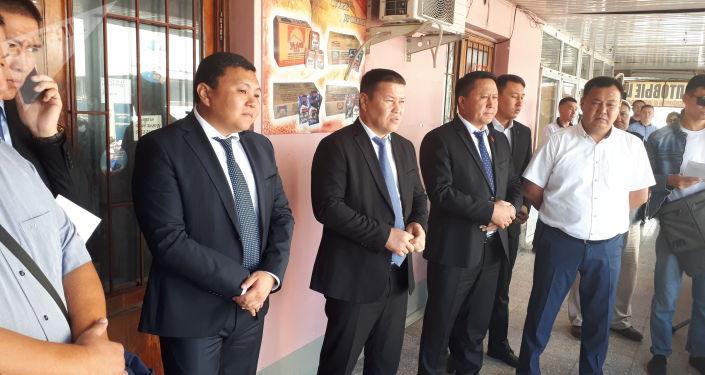 Депутаты пришли к митингующим торговцам на Ошском рынке