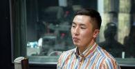 Капитан сборной КР по волейболу Онолбек Каныбек уулу во время беседы на радио Sputnik