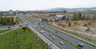 Автомобили на улице Аалы Токомбаева в Бишкеке. Архив