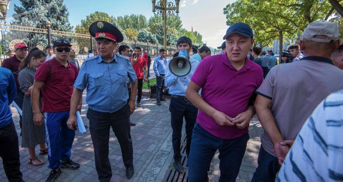 У здания Жогорку Кенеша прошел митинг родных и близких, пострадавших от жестокого избиения в Бишкеке.