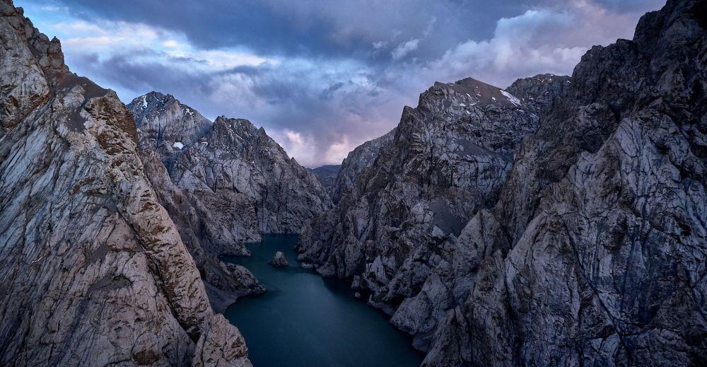 Озеро Кел-Суу образовалось в 1980-х годах в результате оползня. Оно расположено недалеко от границы с Китаем, поэтому для проезда туда необходимо получить разрешение.