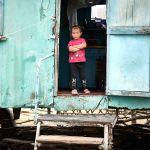 Маленькая девочка сначала стеснялась позировать, но в конце концов все же удалось ее сфотографировать, пишет фотограф