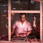 Фотограф рассказал, что пытался на нескольких рынках сделать удачный снимок мясника за работой