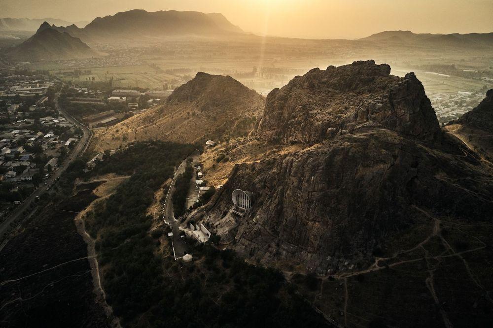 Священная гора Сулайман-Тоо расположена в Оше. Музей на горе считается одной из самых известных достопримечательностей южной столицы.