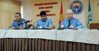 Глава ГУВД Бишкека Канат Джумагазиев выступает на пресс-конференции, и рассказывает, как милиция задерживала подозреваемых в жестоком избиении двух мужчин.