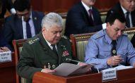 Председатель Государственного комитета национальной безопасности Орозбек Опумбаев (слева). Архивное фото