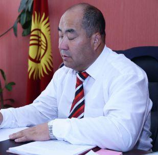 Ректор Ошского государственного университета Каныбек Исаков в рабочем кабинете