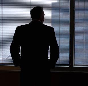 Мужчина стоит у окна. Архивное фото