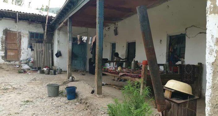Дом в аварийном состоянии жителя села Кара-Таш Ноокатсткого района Жаркынай Абдураимовой