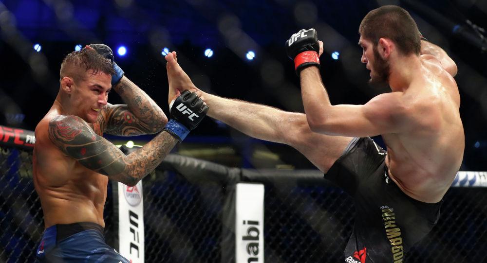 Российский боец UFC Хабиб Нурмагомедов (справа) бьет ногой бойца UFC Дастина Пуарье во время боя в полутяжелом весе по смешанным единоборствам на UFC 242 в Yas Mall в Абу-Даби. Объединенные Арабские Эмираты, 7 сентября 2019 года.