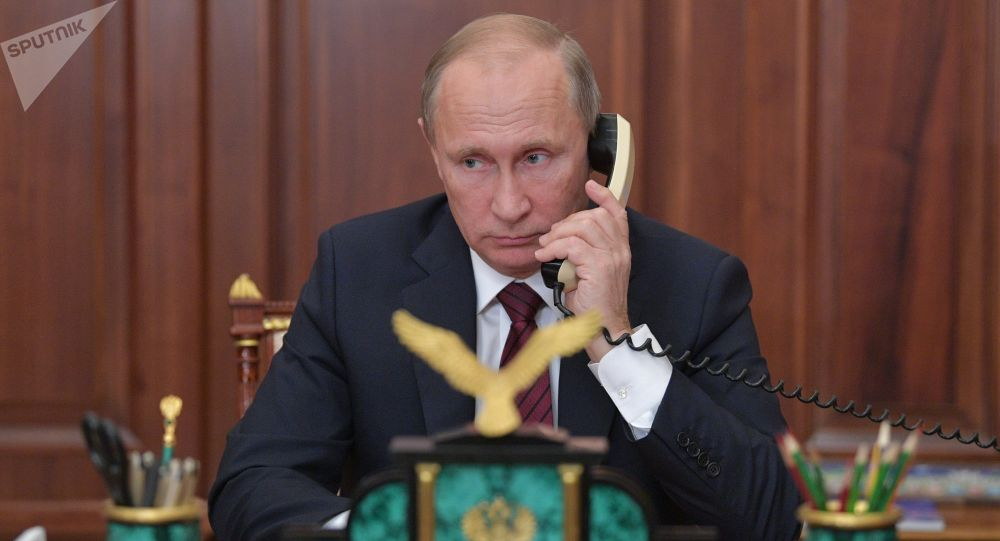 Архивное фото президента РФ Владимира Путина во время телефонного разговора