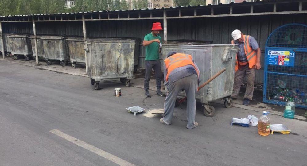 Бишкектеги Октябрь районунун аймагына коюлган таштанды контейнерлери жуулуп, сырдалып жана дезинфекцияланып жатат.