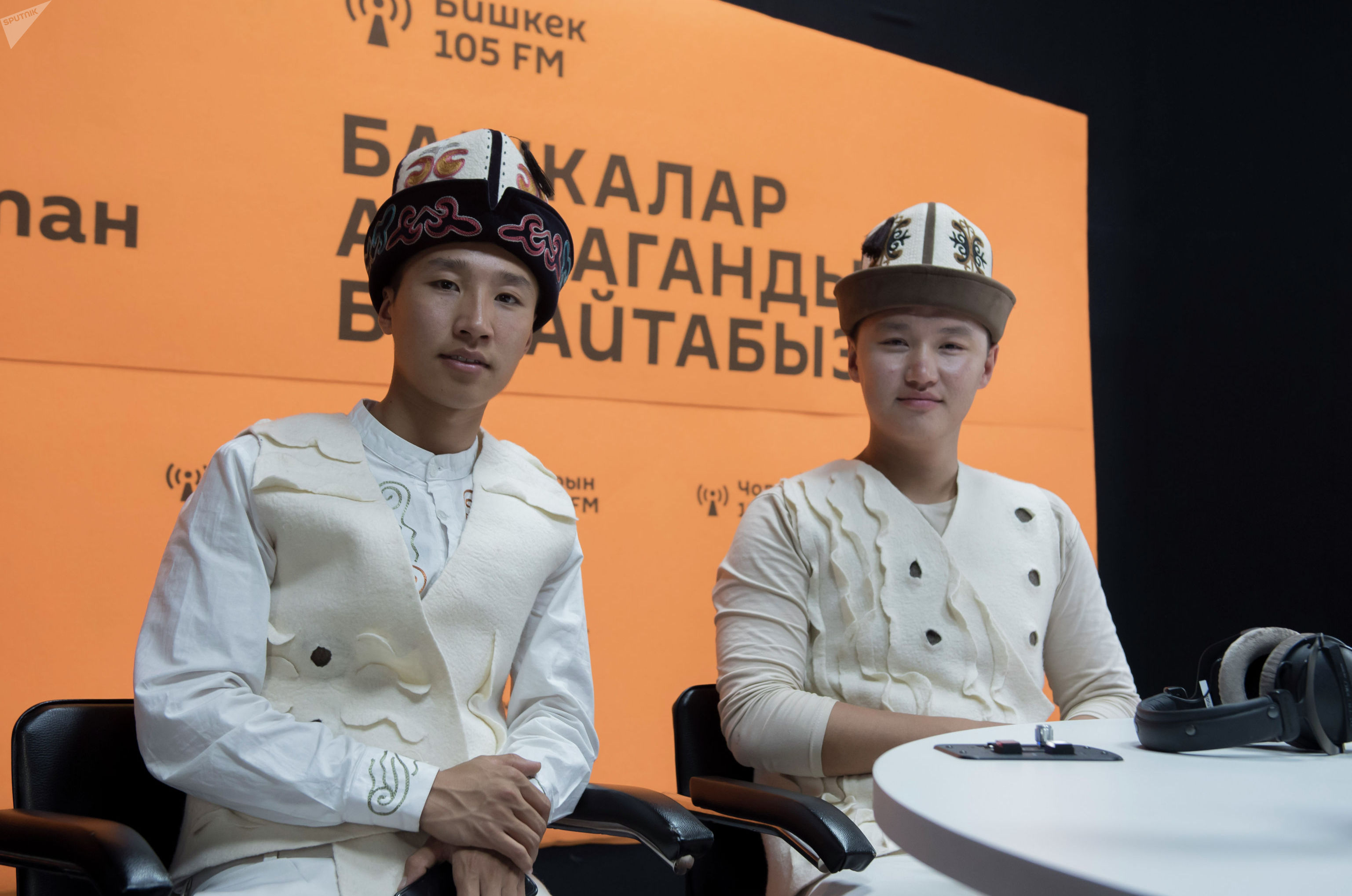 Комузисты Эламан (справа) и Айбек Каныбековы на радиостудии Sputnik Кыргызстан