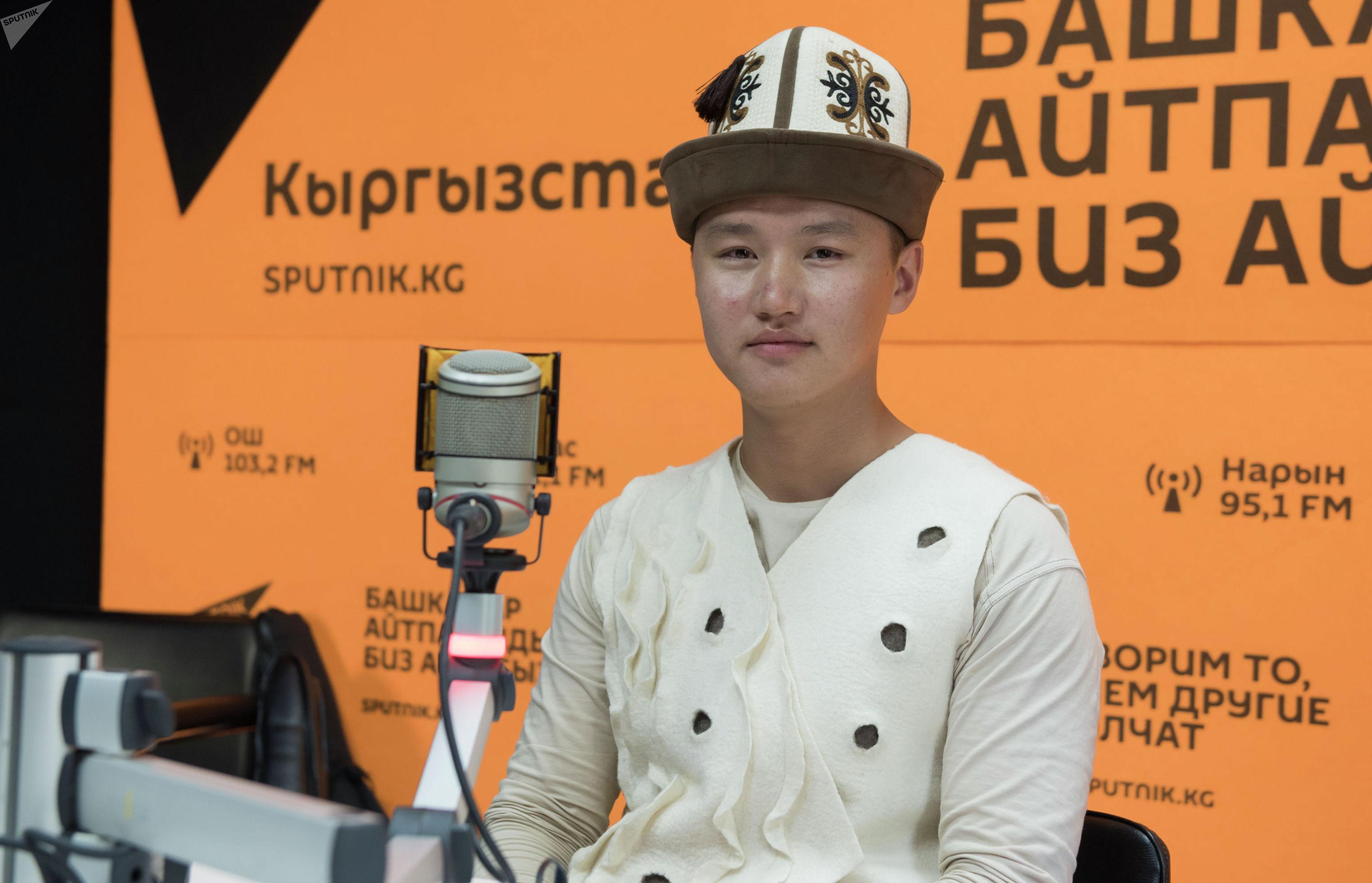 Комузист Эламан Каныбеков на радиостудии Sputnik Кыргызстан