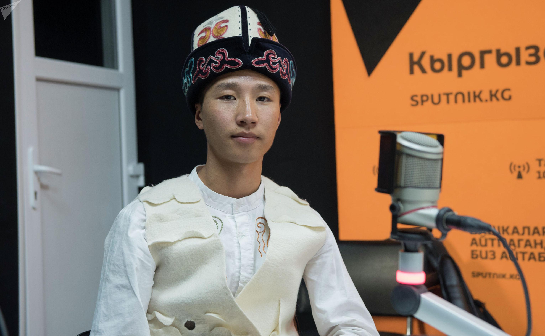 Комузист Айбек Каныбеков на радиостудии Sputnik Кыргызстан