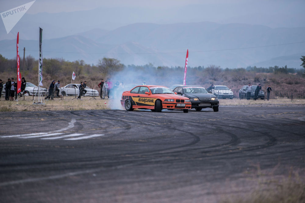 BMW e-36 айдоочусу Егор Чечин, Toyota Mark II айдоочусу Игорь Гусев финалга чыгуу үчүн таймашып жатышат