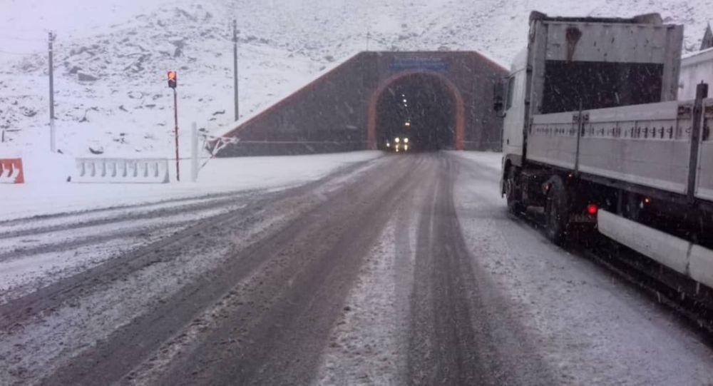 На перевале Тоо-Ашуу (трасса Бишкек — Ош) в Чуйской области наблюдается обильный снегопад и гололед