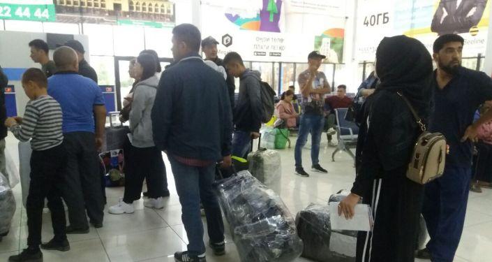 Пассажиры в зале ожидания в аэропорту Оша, после задержания рейса авиакомпании Уральские авиалинии
