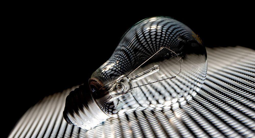 Лампочка на столе. Архивное фото