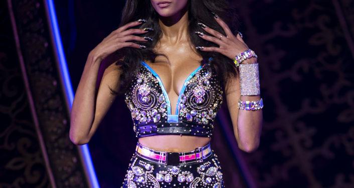 Модель демонстрирует наряд для The Blonds x Moulin Rouge! The Musical во время недели моды в Нью-Йорке