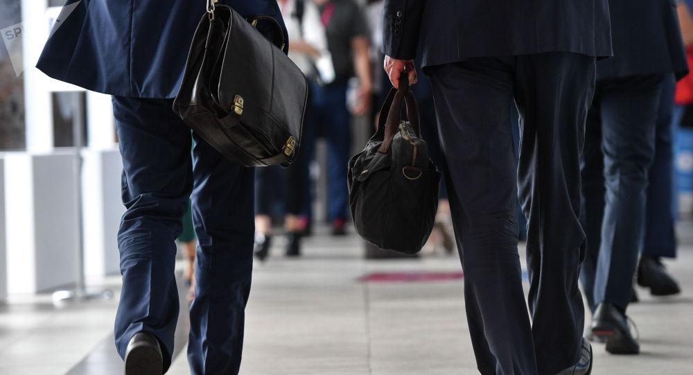 Чиновники с портфелями в руках. Архивное фото