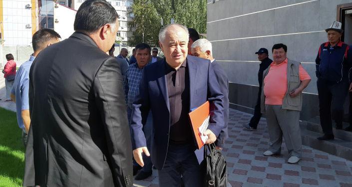 Бывший депутат Омурбек Текебаев у здания Первомайского районного суда Бишкека, где начнется пересмотр уголовного дела, связанного с компанией Альфа Телеком (торговая марка MegaCom).