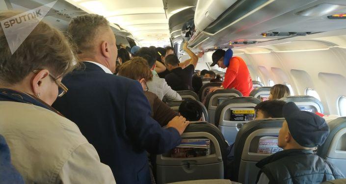 Пассажиры рейса авиакомпании Avia Traffic Санкт-Петербург — Бишкек, которого задержали на 16 часов
