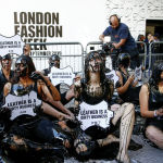 Лондондо өткөн мода жумалыгынын ачылуу аземи алдында тери өнөр жайына каршы акция болду