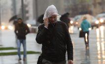 Прохожие идут во время дождя. Архивное фото
