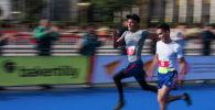Бишкектеги марафондун катышуучулары. Архивдик сүрөт