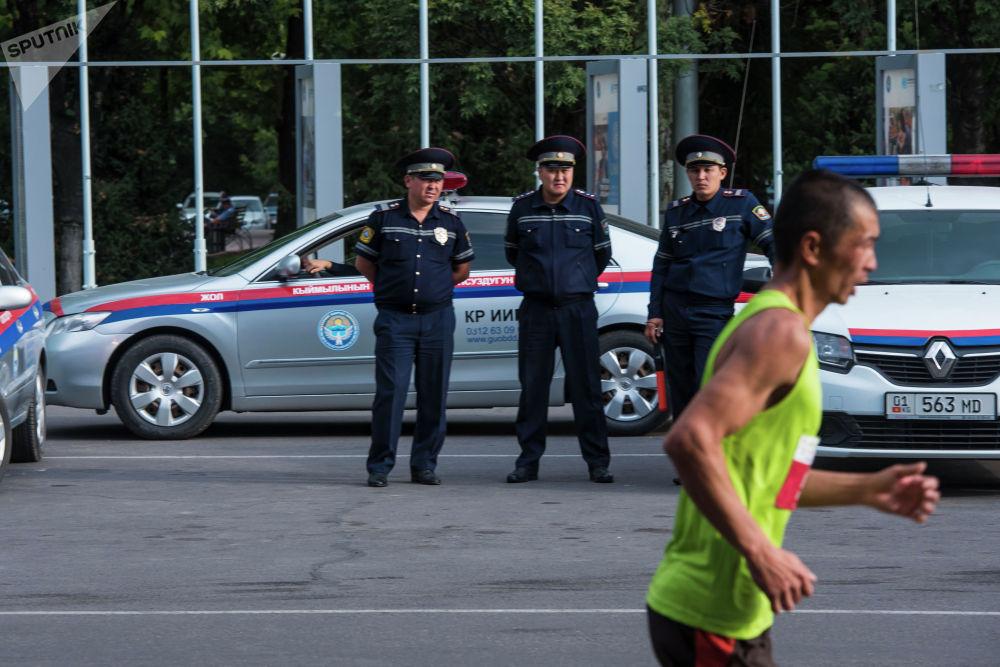 Милиция кызматкерлери береги марафончудай чуркай алар бекен?