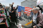 Иранские демонстранты сжигают импровизированный американский флаг во время митинга в столице страны Тегеране. 10 мая 2019 года
