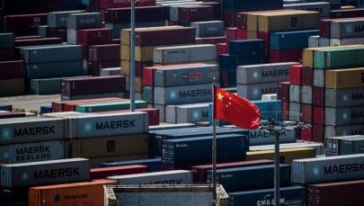 Флаг Китая стоит перед контейнерами в глубоководном порту Яншань, автоматизированном грузовом причале в Шанхае. Архивное фото