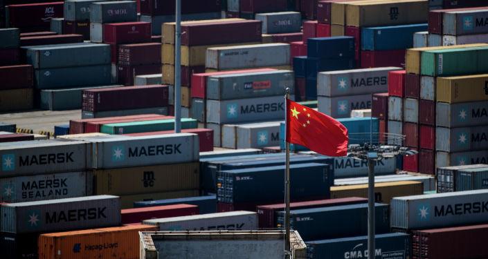 Флаг Китая на грузовых контейнерах. Архивное фото