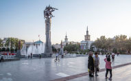 Отдыхающие у скульптурного комплекса Манас  в Бишкеке. Архивное фото