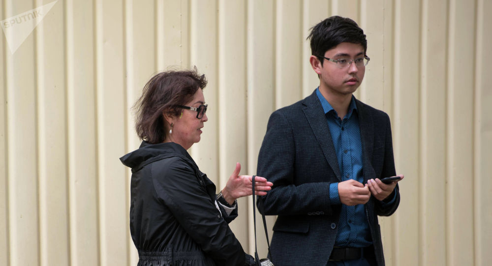 Супруга бывшего президента Алмазбека Атамбаева Раиса  Атамбаева с сыном Кадыром у здания ГКНБ. Архивное фото