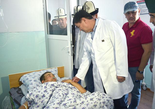 Премьер-министр КР Мухаммедкалый Абылгазиев посетил территориальную больницу Лейлекского района и навестил пострадавших в результате пограничного инцидента с применением огнестрельного оружия на кыргызско-таджикском участке государственной границы.