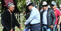 Премьер-министр Мухаммедкалый Абылгазиев каза болгон чек арачы Равшан Муминовдун үйбүлөсү менен. Архивдик сүрөт