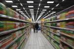 Покупатели в супермаркете сети Лента в Москве.