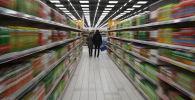 Покупатели в супермаркете. Архивное фото