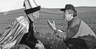 Известный режиссер Толомуш Океев и великий манасчи Каба Атабеков на одном из джайлоо Чуйской области. 1995 год